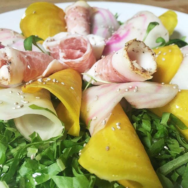 Un ingrediente della tradizione italiana spesso dimenticata, la rapa diventa la protagonista di un piatto davvero speciale: la mia insalata di rape e lardo.