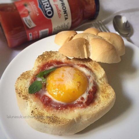 Uova al pomodoro nel pane