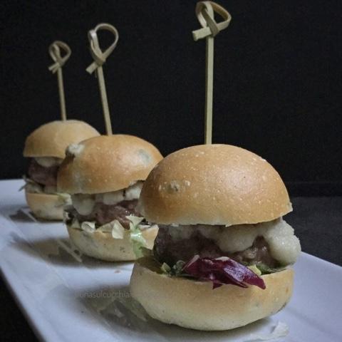 Mini hamburger con salsa di cipolle al vino