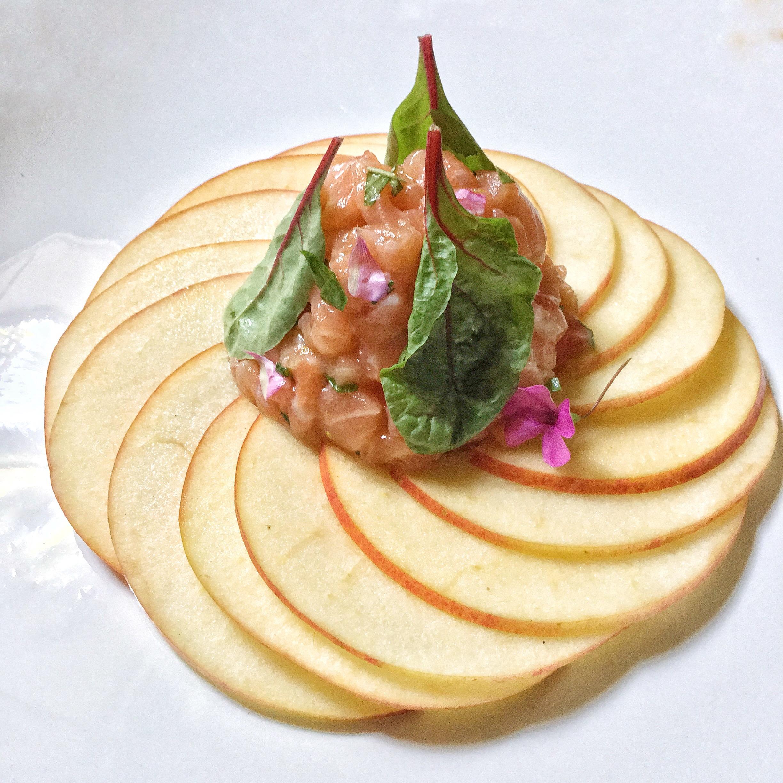 Tartare di salmone su carpaccio di mela