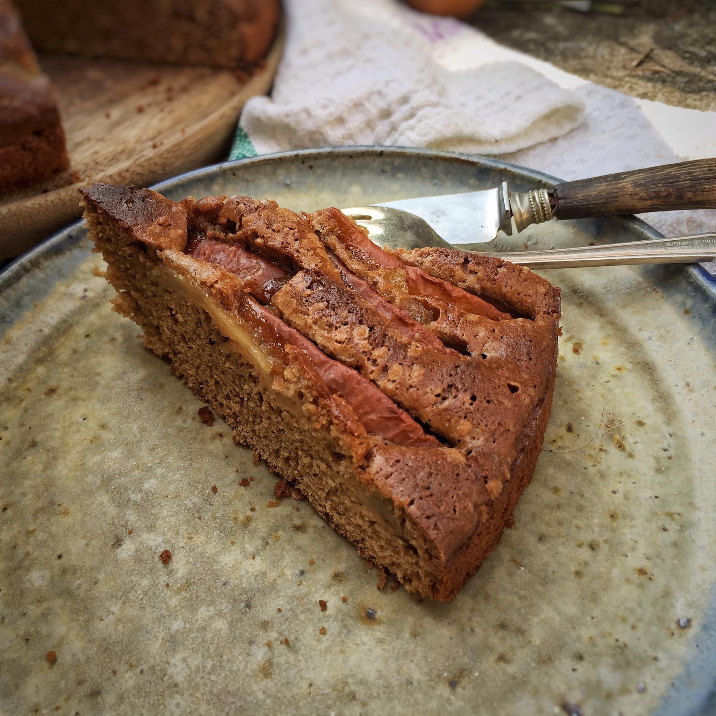Torta soffice con sciroppo d'acero orzo e pere