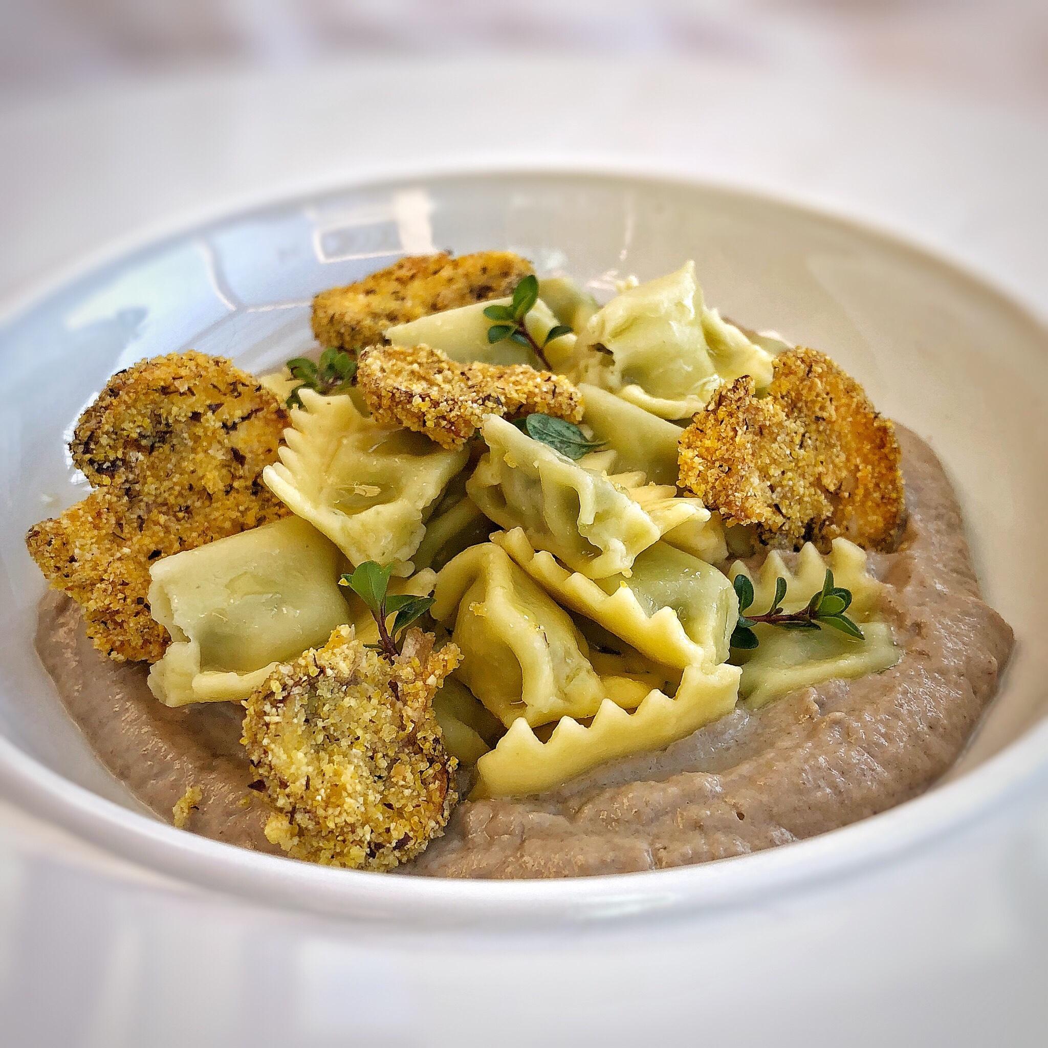 Ravioli del plin con champignon in crema e croccanti