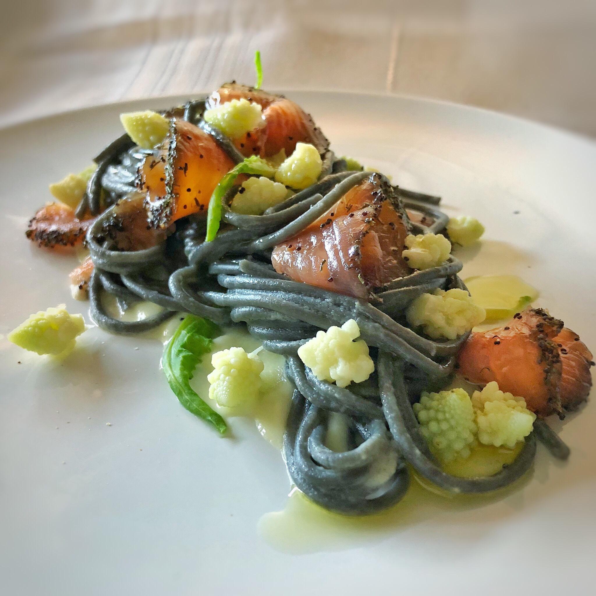 Spaghetti al nero di seppia con broccolo e trota marinata