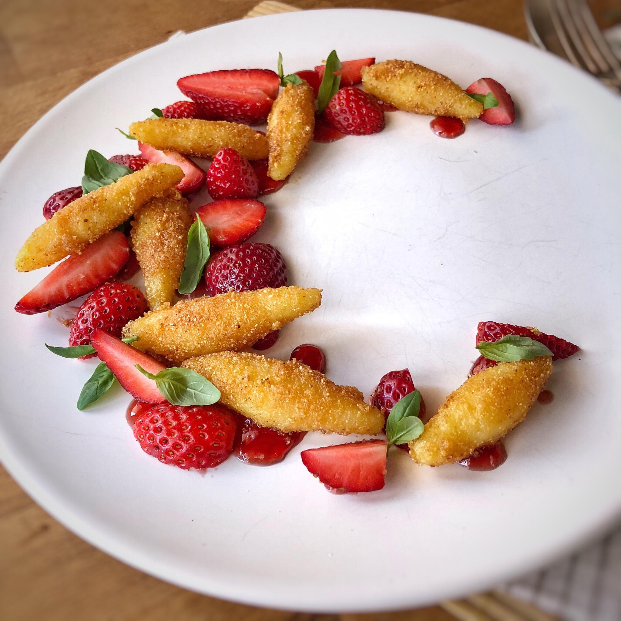 Gnocchi dolci con fragole e basilico