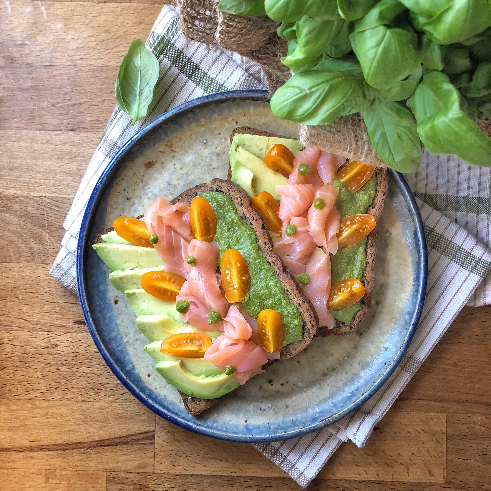 Avocado toast con salmone e pesto