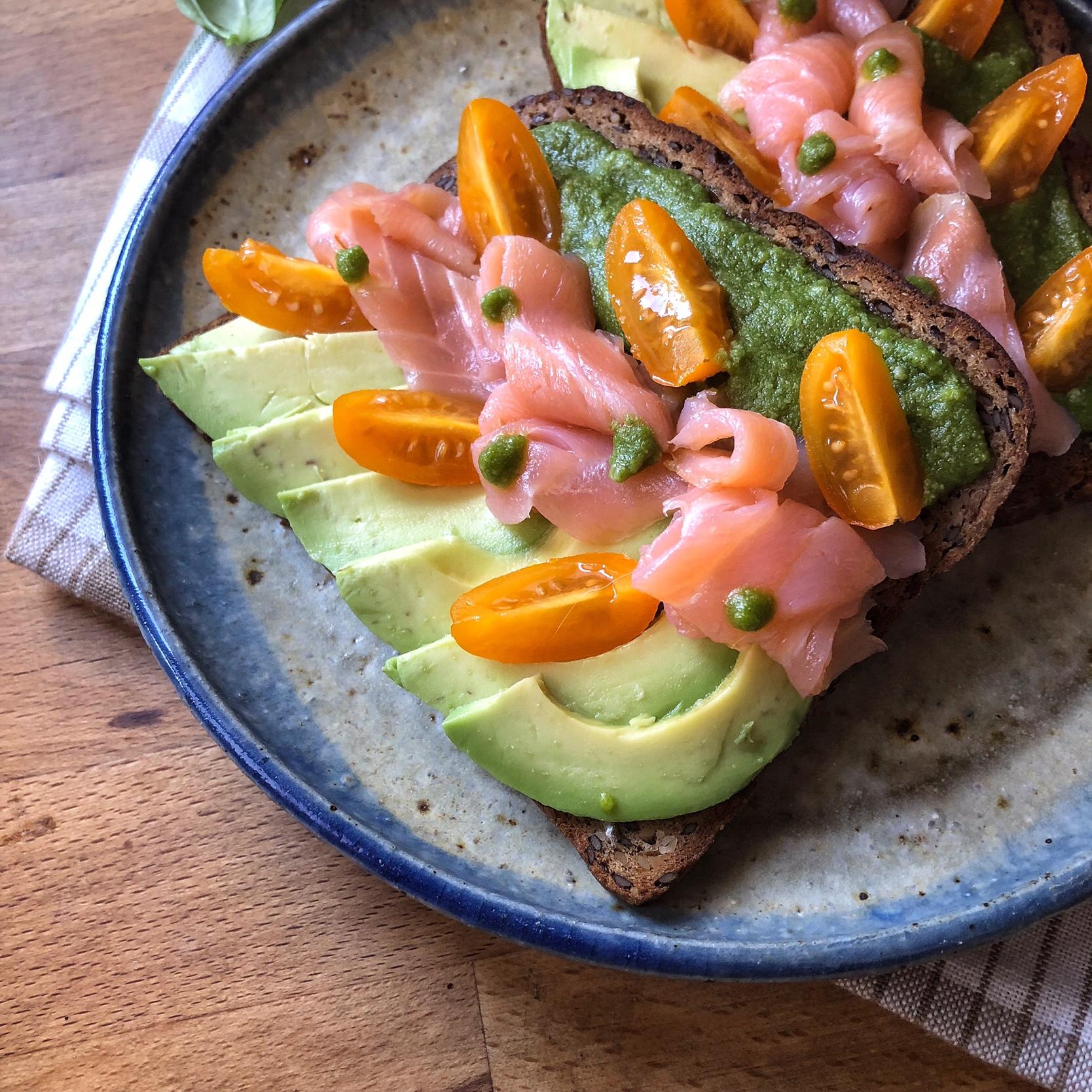 Avocado toast con salmone e pesto