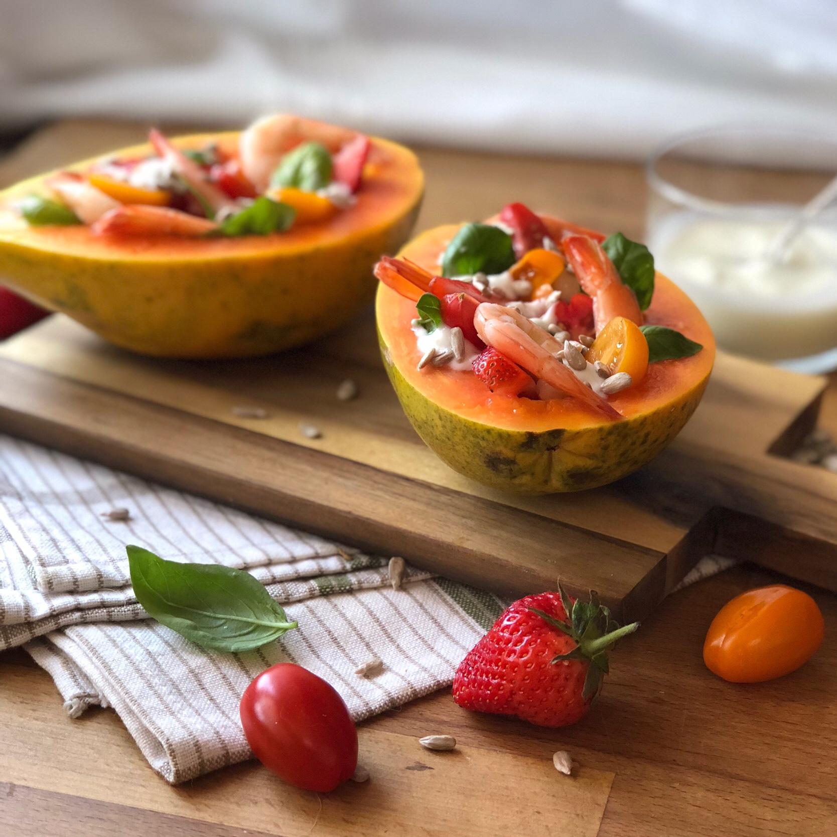 Papaya farcita con gamberi fragole e pomodori