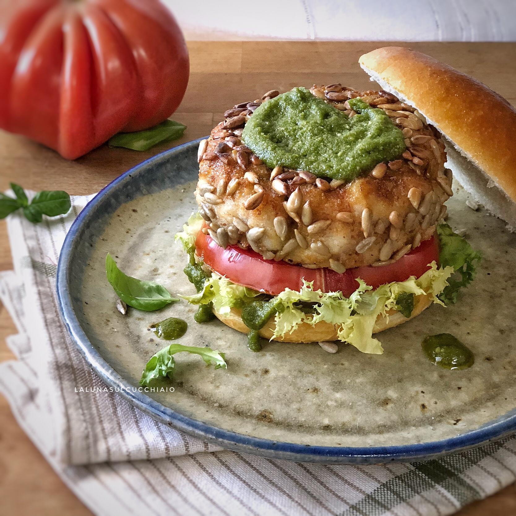 Panini con hamburger di rana pescatrice e pesto