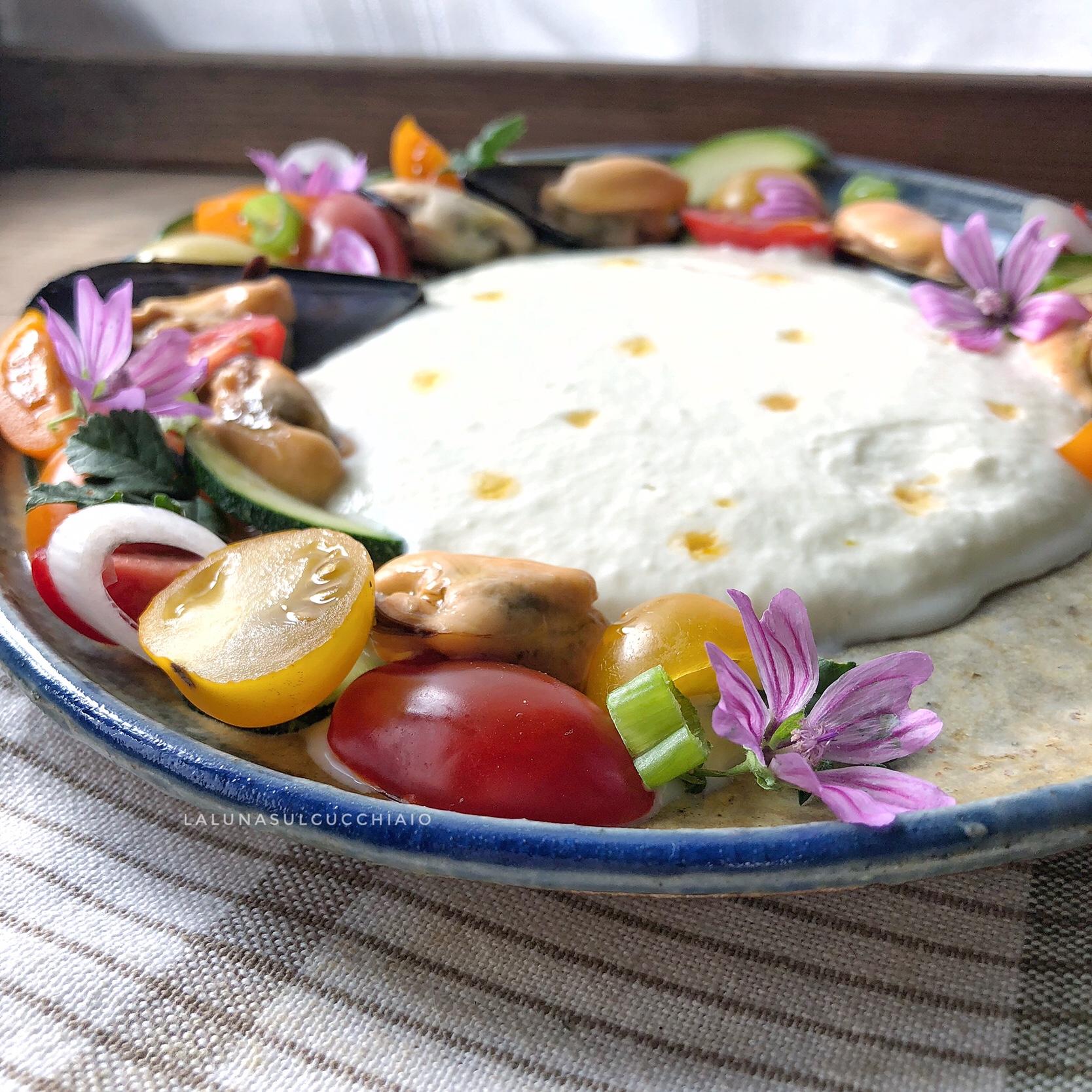 Crema di mozzarella con cozze e verdure croccanti