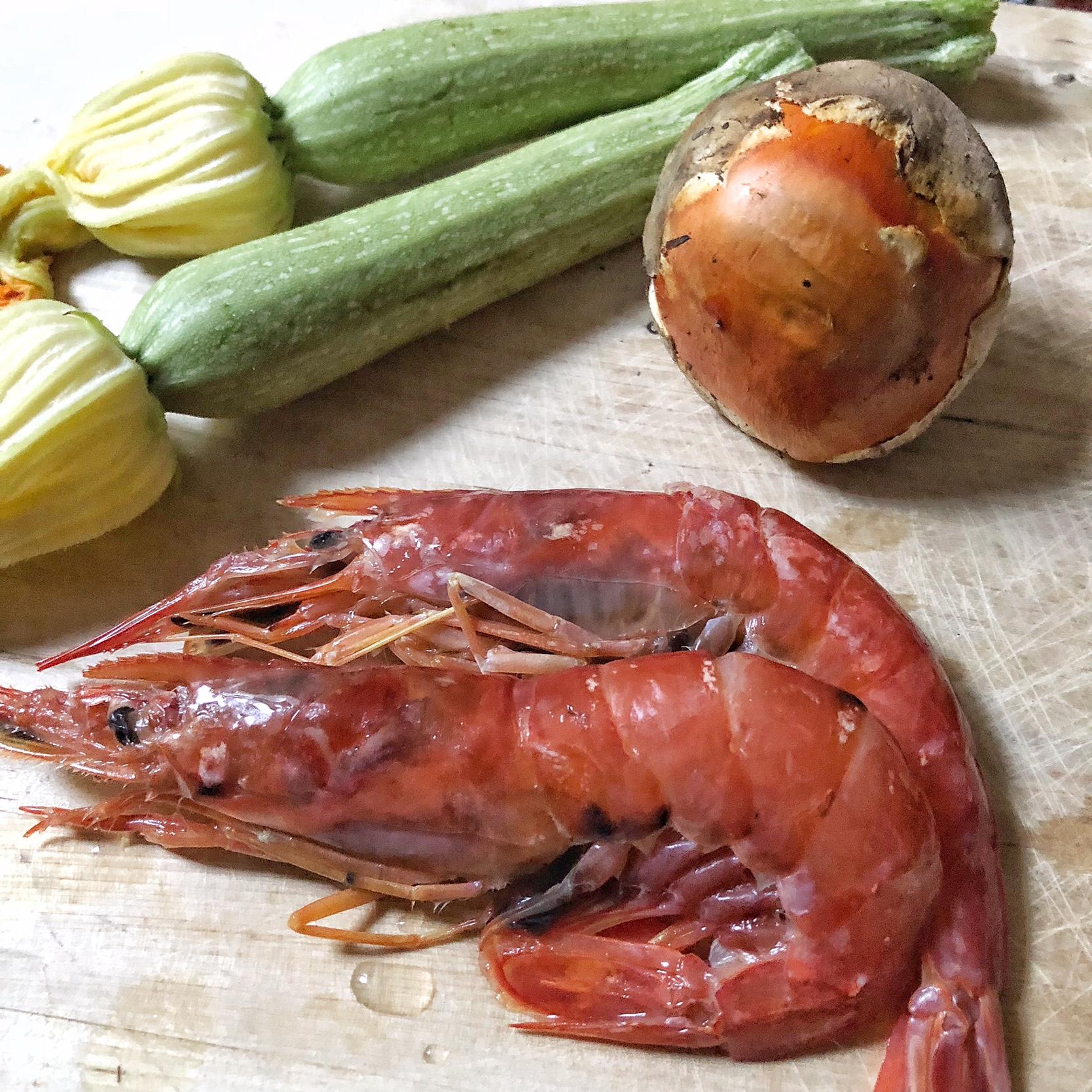 Tartare di gamberi su insalata di ovuli e zucchine