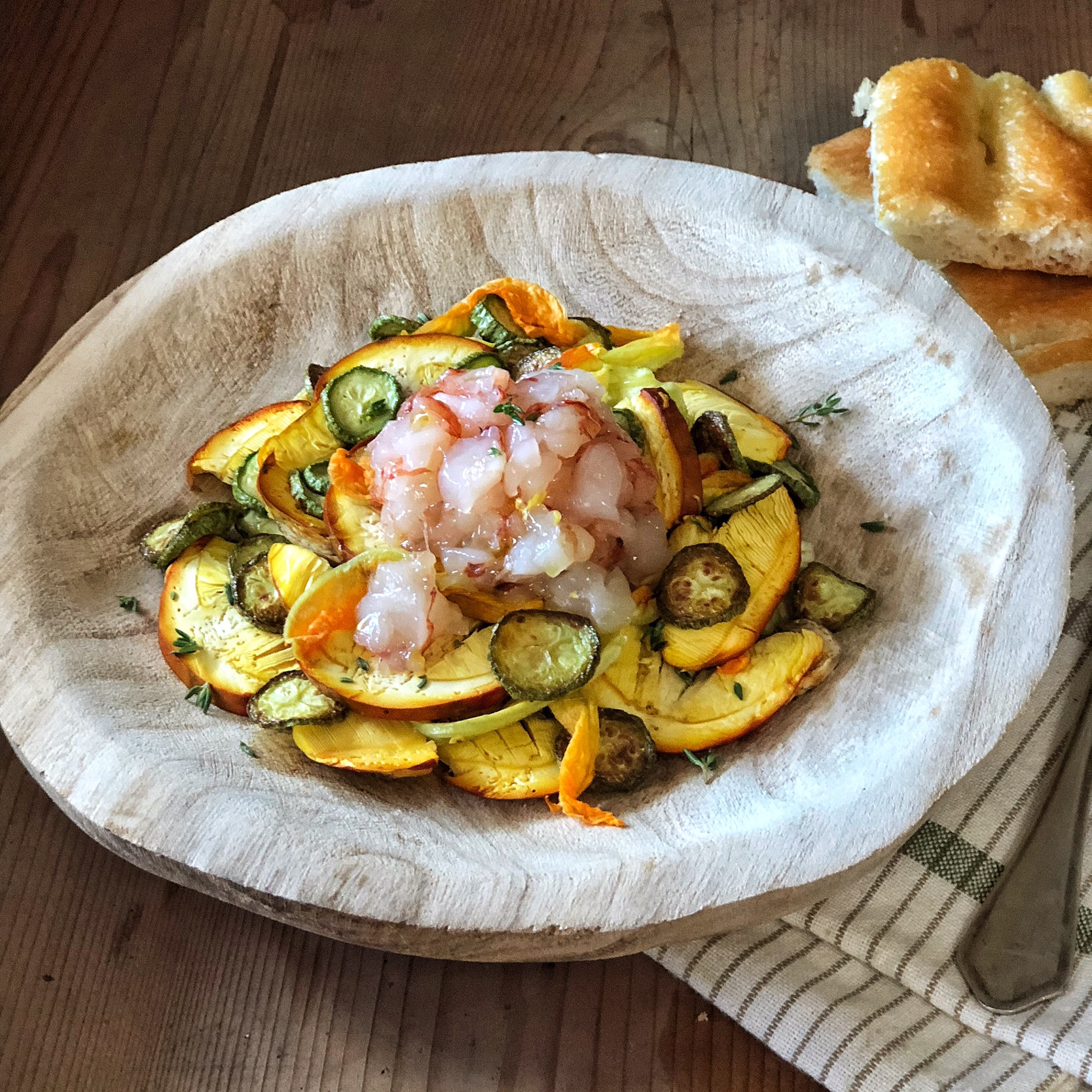 Insalata di ovuli e zucchine con tartare di gamberi