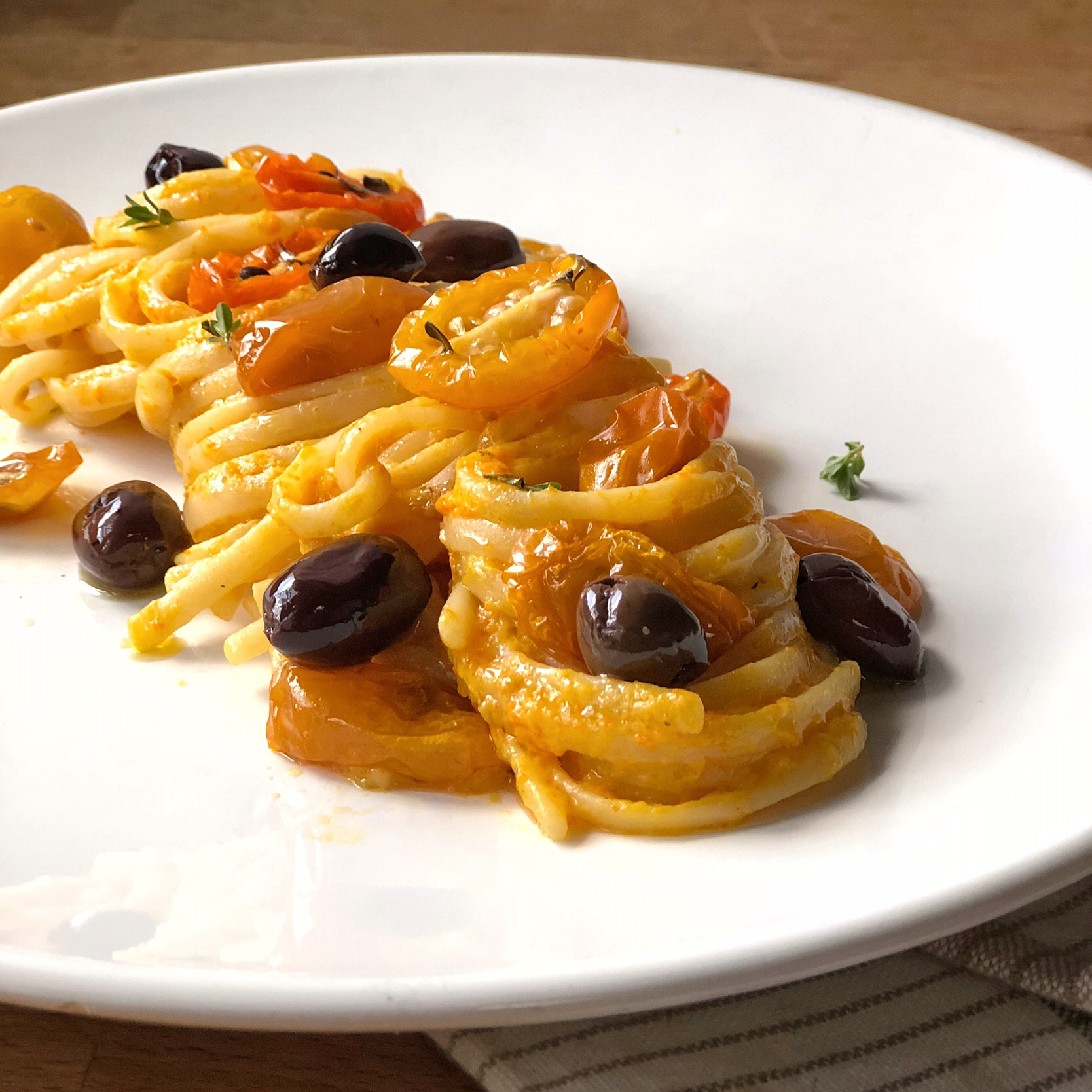 Pasta con salsa di pomodorini gialli confit olive e timo