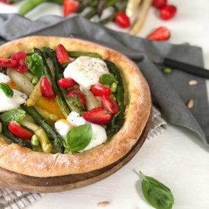 Pizza di primavera con uova in camicia