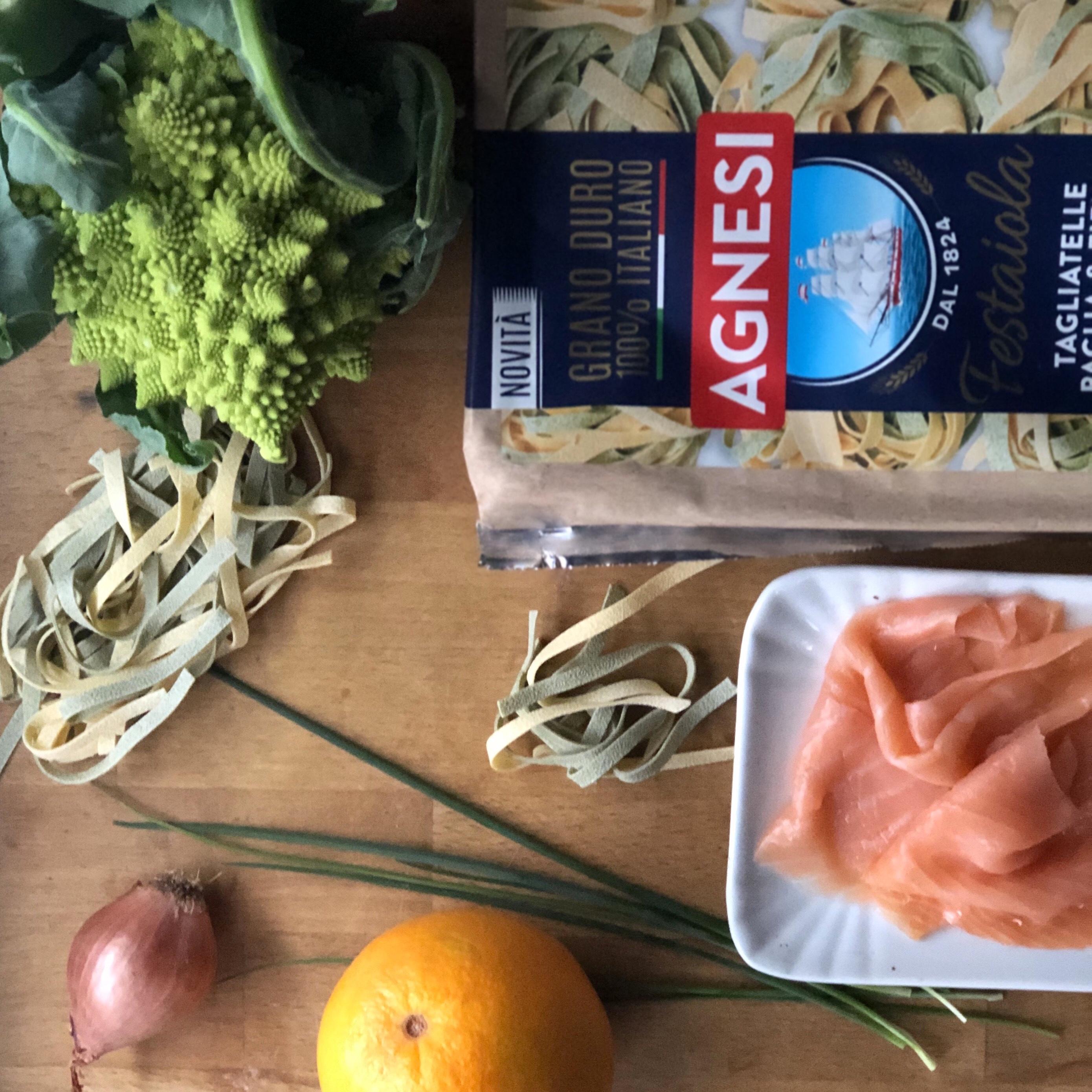 Tagliatelle paglia e fieno con broccolo romano e salmone