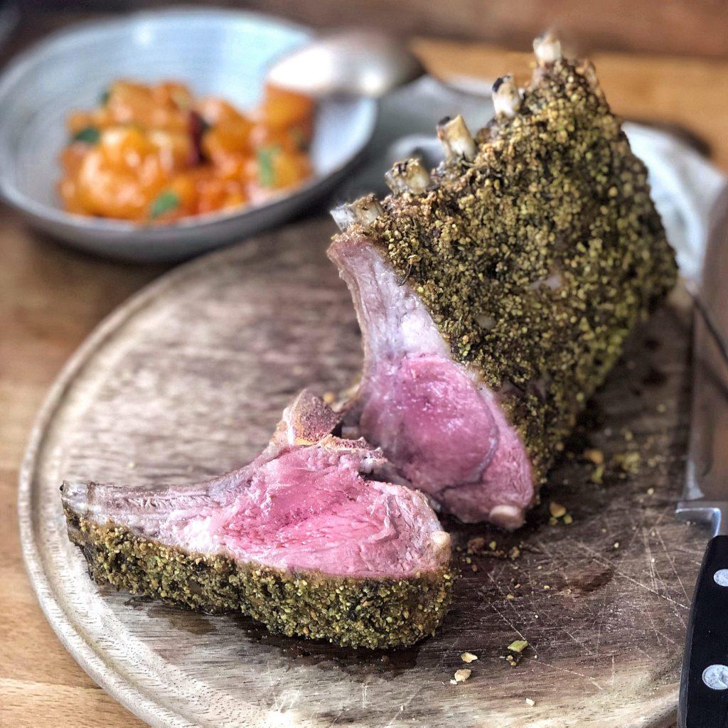 Carrè di agnello in crosta di erbe e pistacchi con relish di albicocche