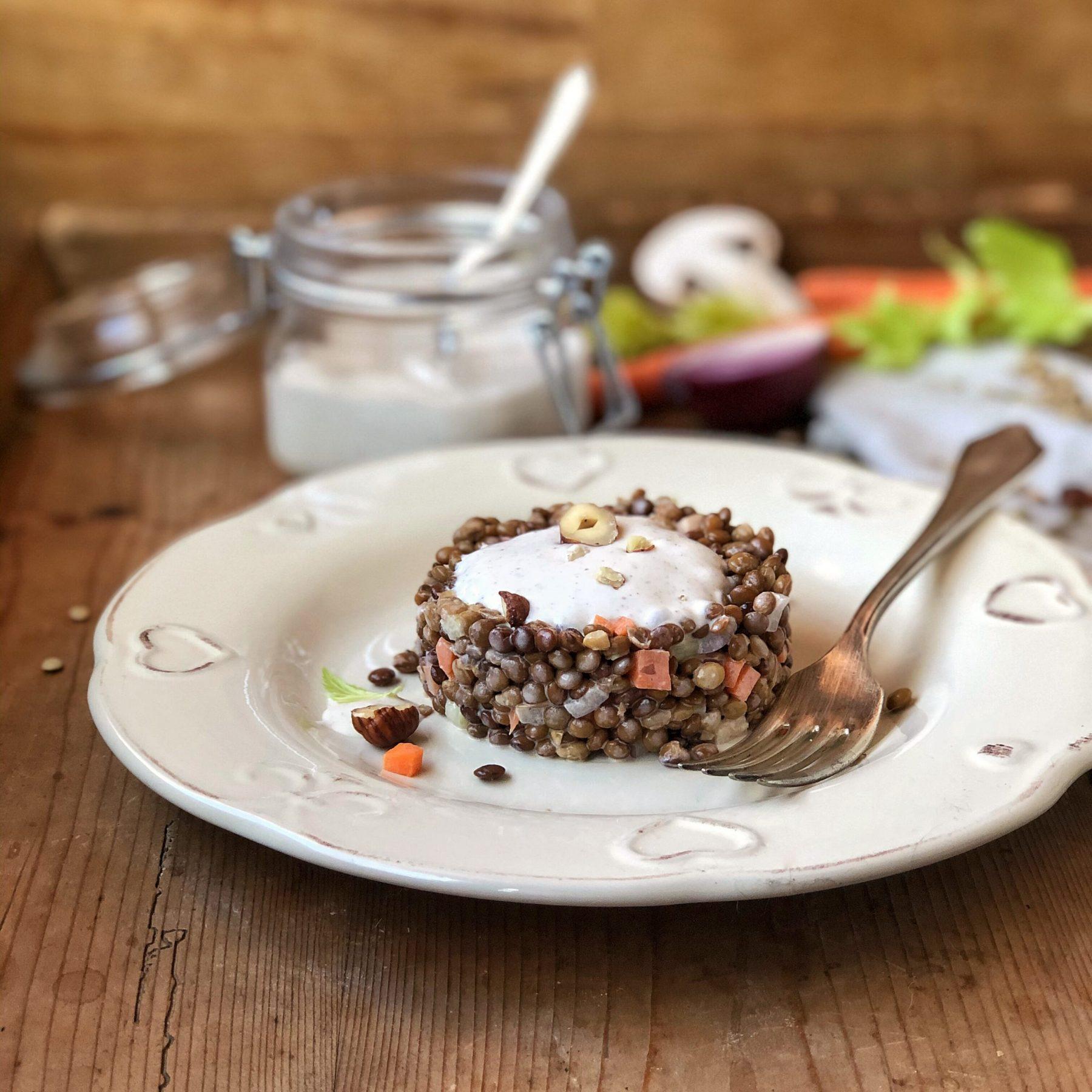 Tartare di lenticchie con finta maionese ai funghi e nocciole