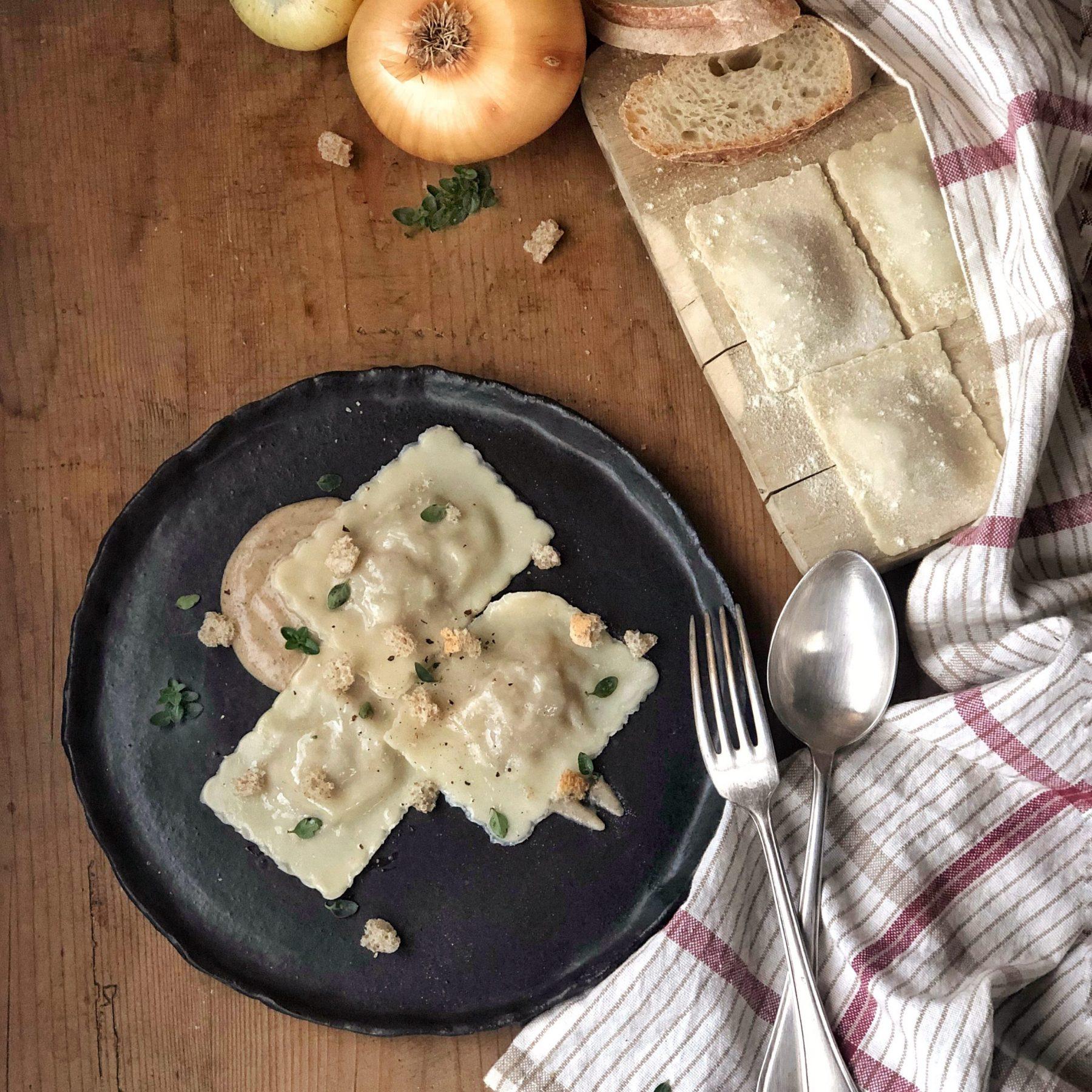 Ravioli di cipolle con salsa di pane