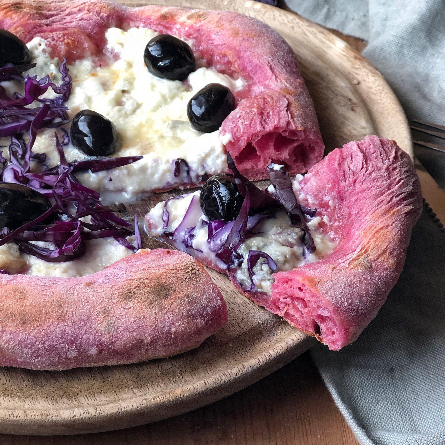 Pizza rosa al gorgonzola e cavolo viola