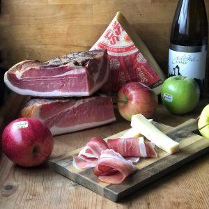 Spiedini di mela e speck con fonduta di formaggio Stelvio
