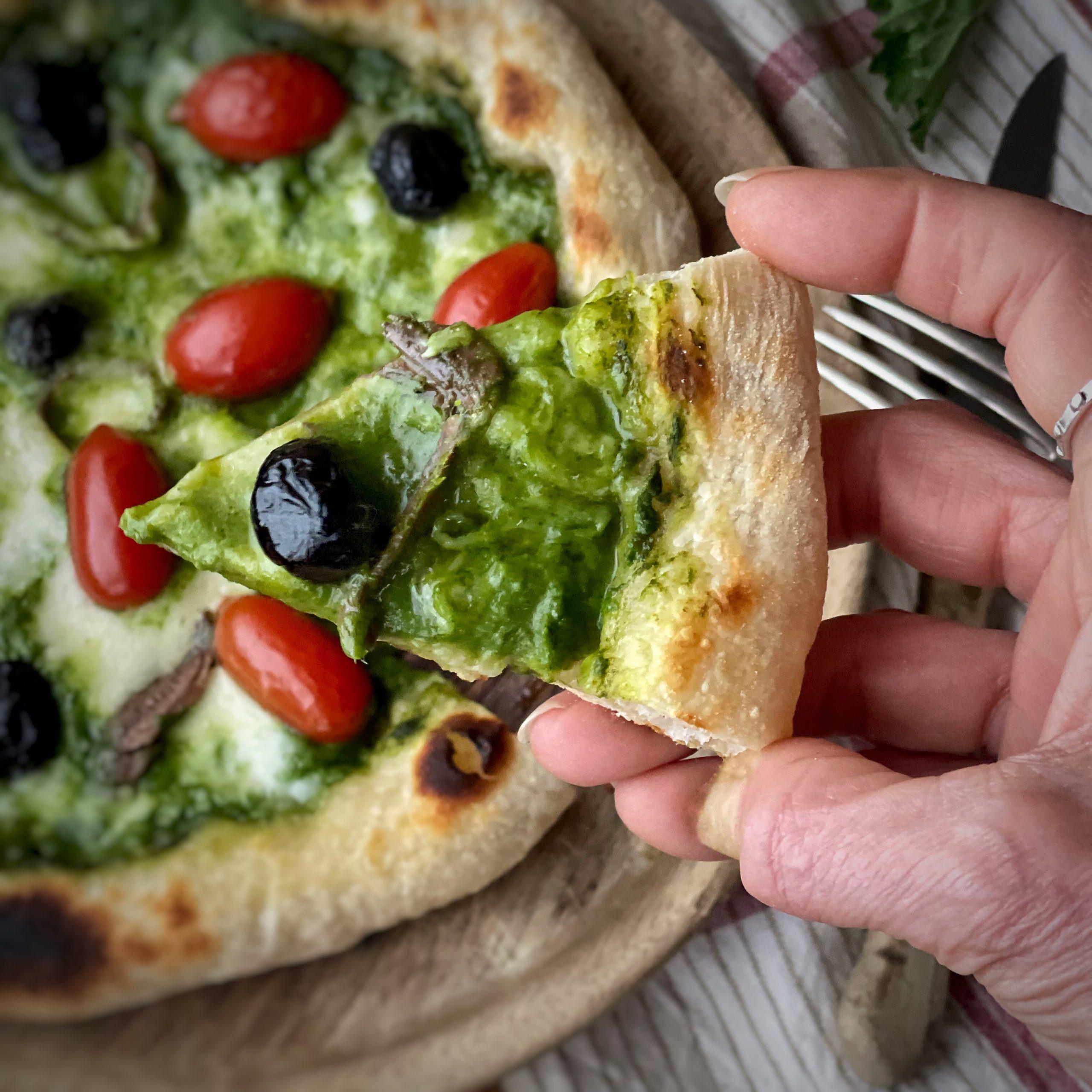 Pizza pugliese con cime di rapa e acciughe