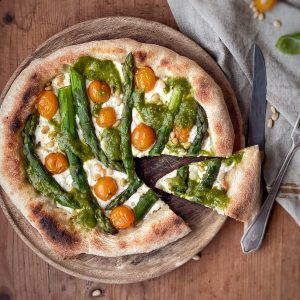 Pizza al pesto e asparagi