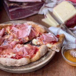 PIZZA INTEGRALE CON SPECK ALTO ADIGE IGP E FORMAGGIO STELVIO DOP